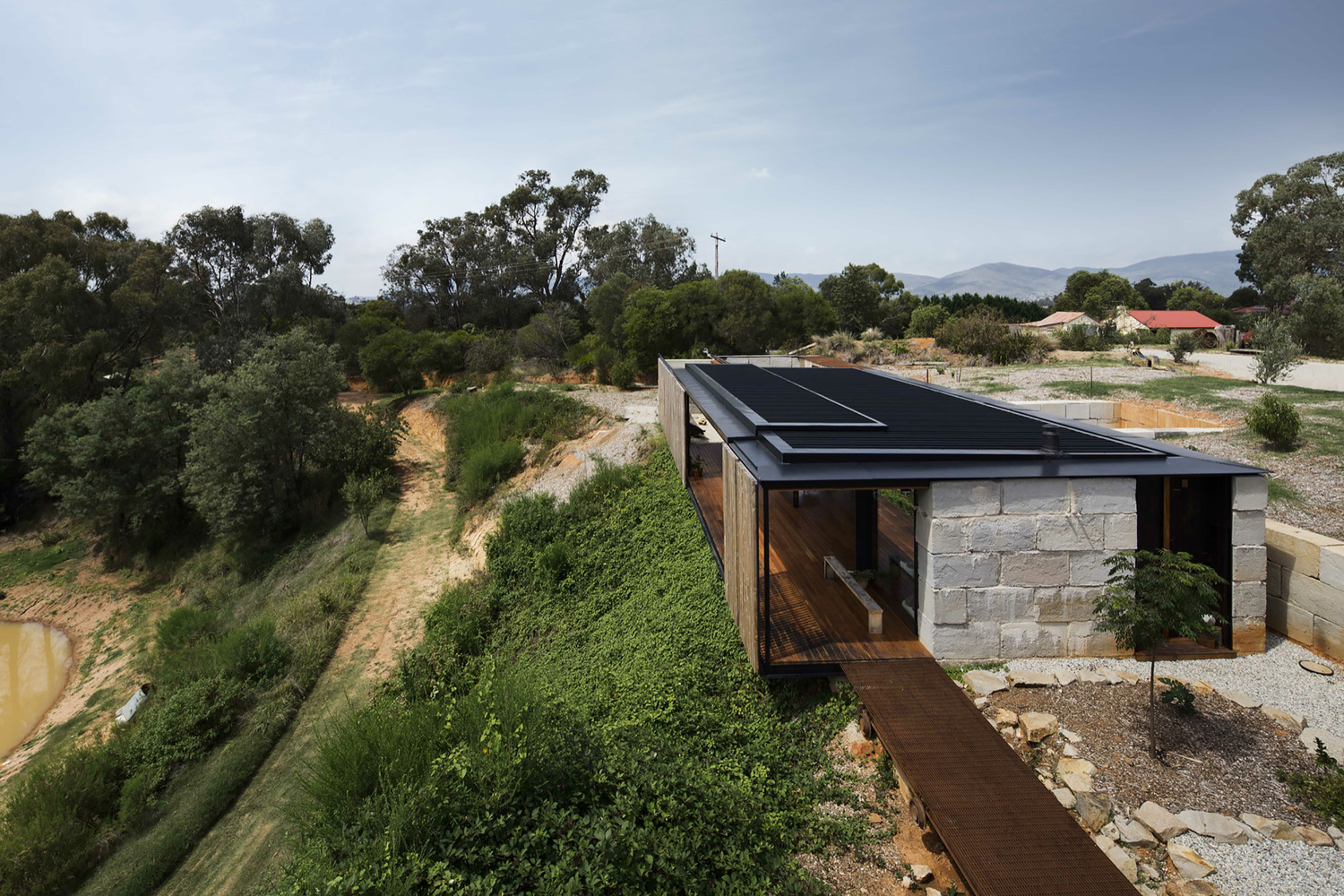 Sawmill House Uses Large 1 Tonne Blocks Of Reclaimed