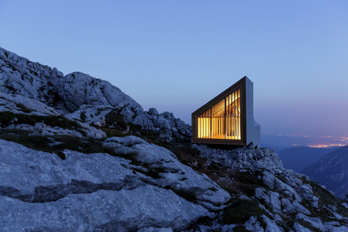 An alpine shelter inspired by the vernacular architecture for Mountain architects