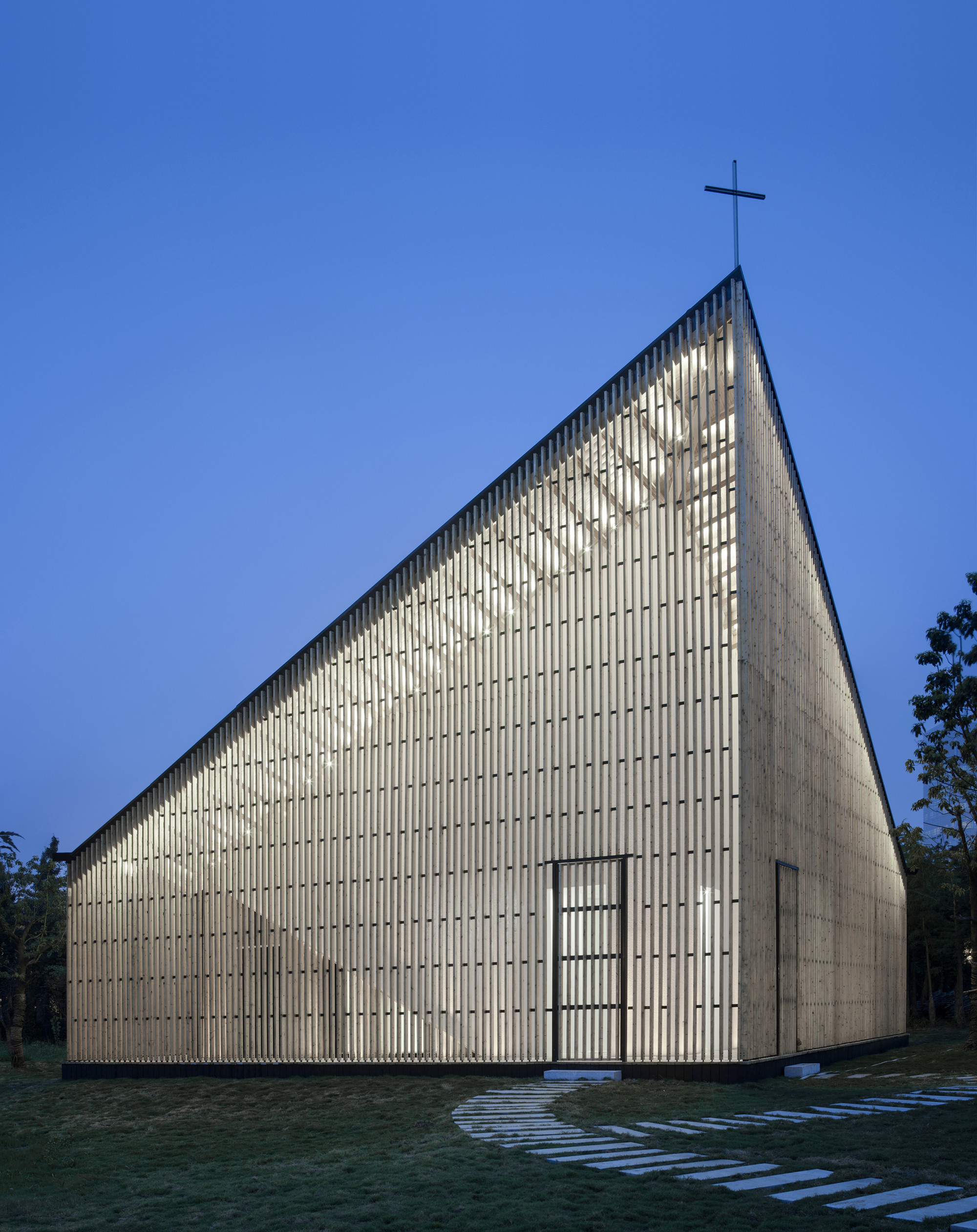 Architecture Exterior: A Wood And Steel Structured Chapel With A Gentle Exterior