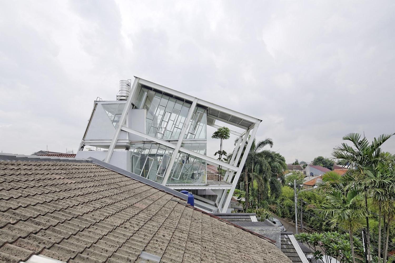 1_Slanted House_Budi Pradono Architects_Inspirationist