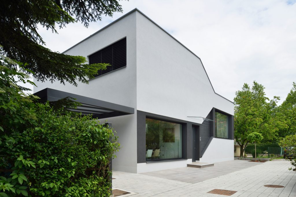 A split level house with a landscaped continuous living for Mezzanine architecture