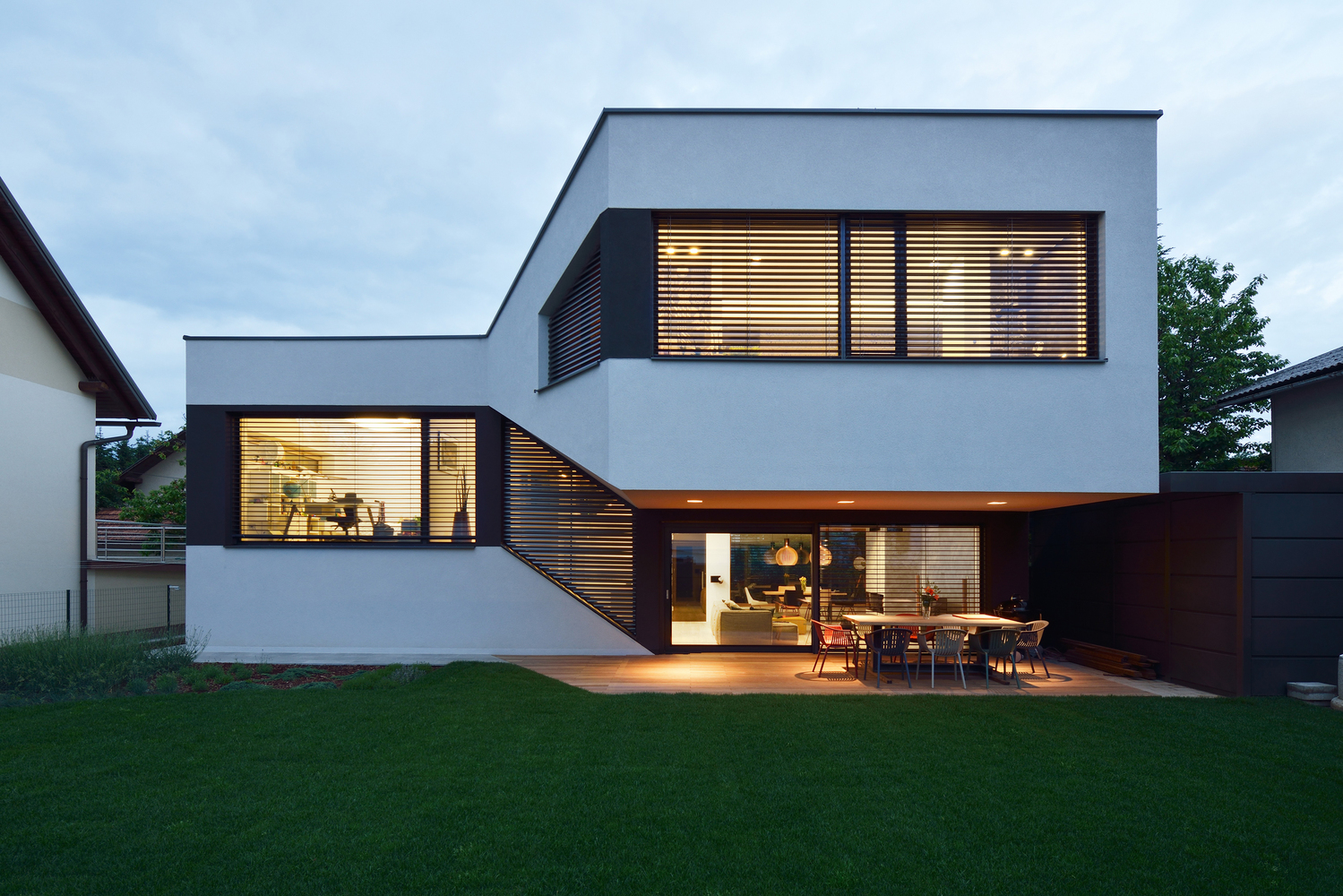 A split level house with a landscaped continuous living for Architecture mezzanine