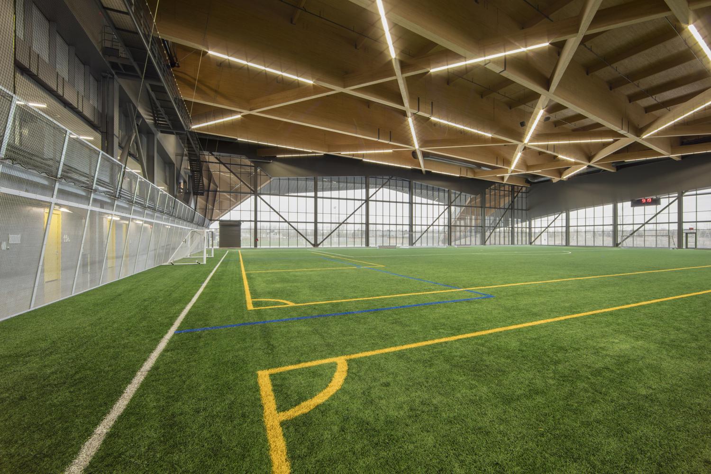 stade de soccer de montréal has a cantilevering and fold down roof