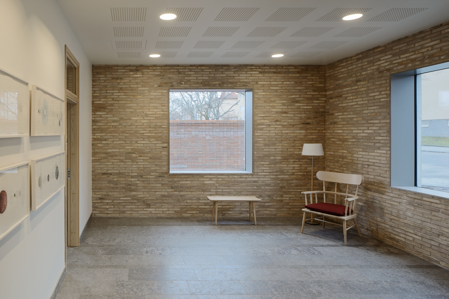 Great Intricate Brick Details And Polished Concrete Window Frames | Inspirationist