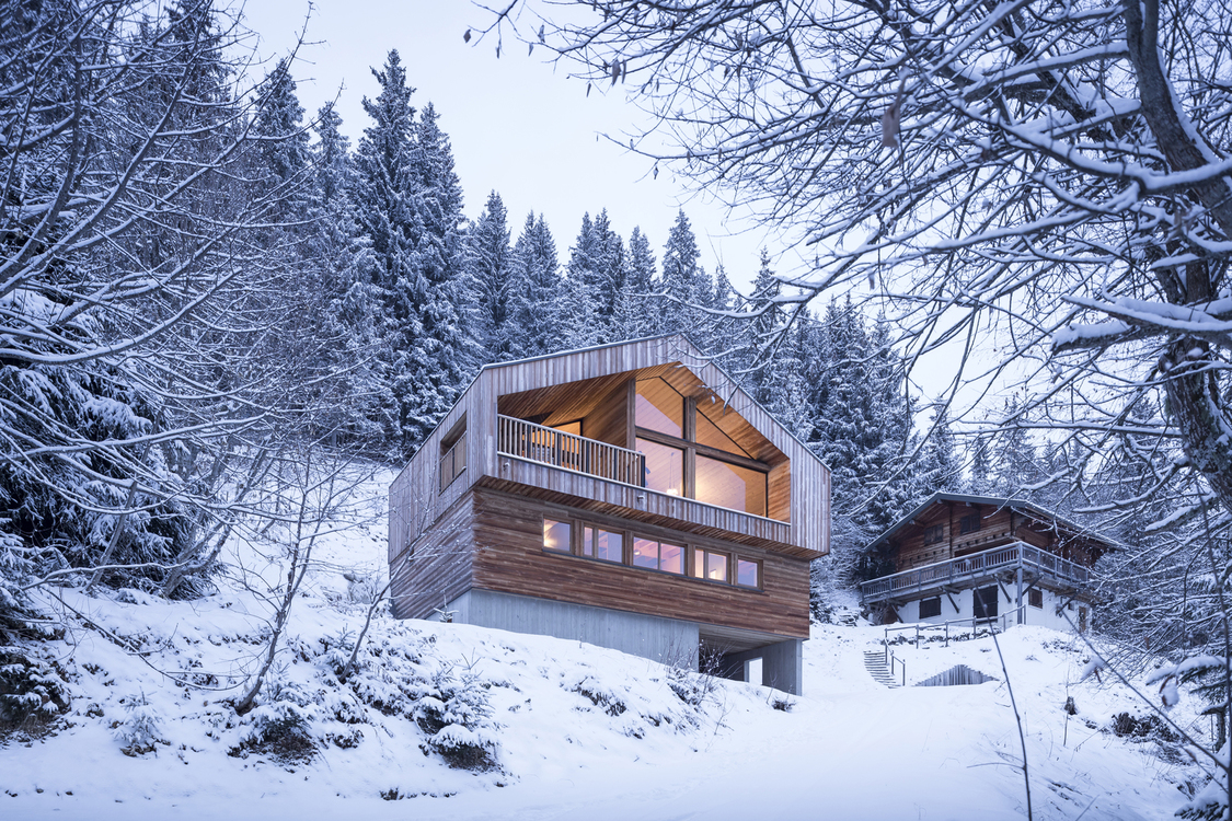 Studio razavi architecture 39 s 39 mountain house 39 avoids for Montain house
