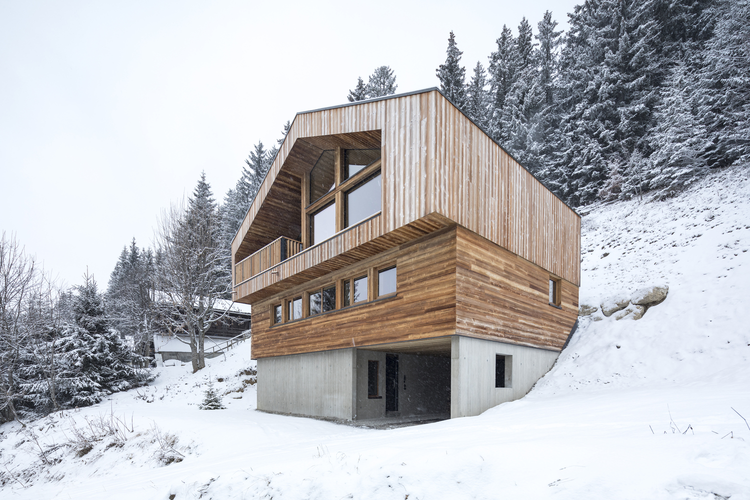 Studio razavi architecture 39 s 39 mountain house 39 avoids for Architectural design mountain home