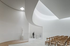 Álvaro Siza Vieira creates a unique ceremonial space through light and white concrete