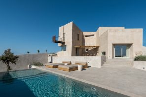 Santorini residence resembles artificial monolithic rock with subtracted masses