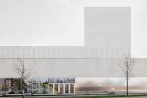Leietheater Deinze is dressed up in glazed and matte white bricks