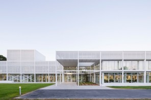 Kraft Architectes convert industrial garage into Ouest France's digital factory