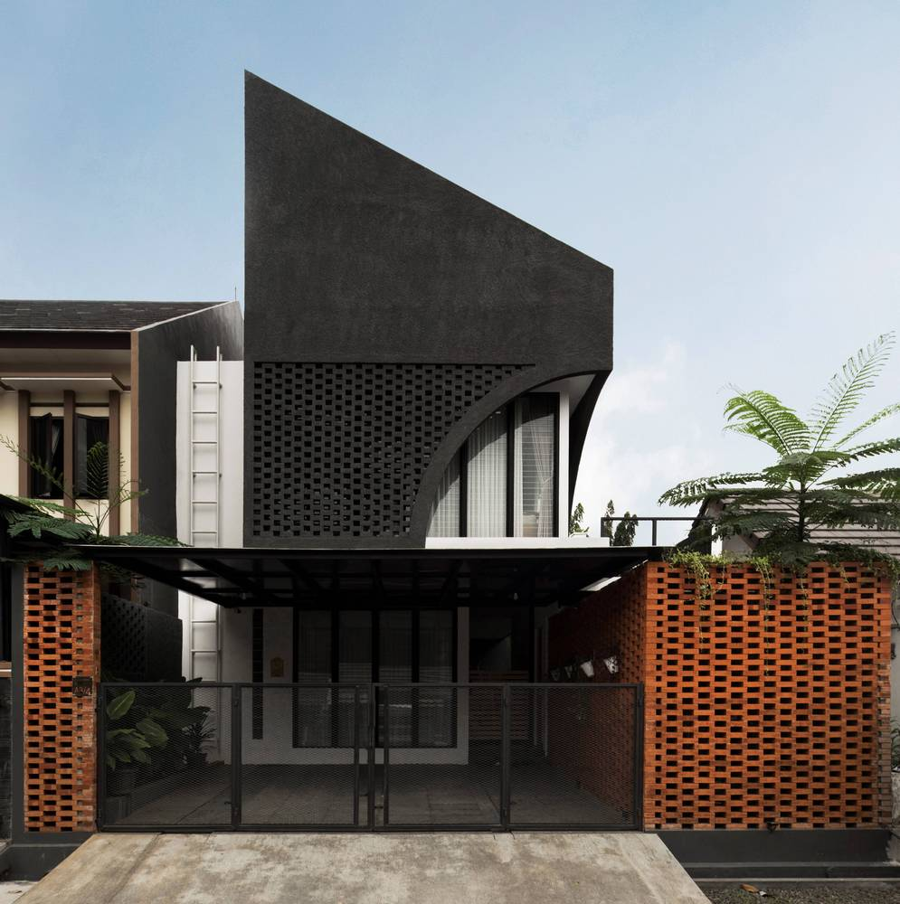 A house in Indonesia that prioritises space requirements, healthy air circulation and natural lighting