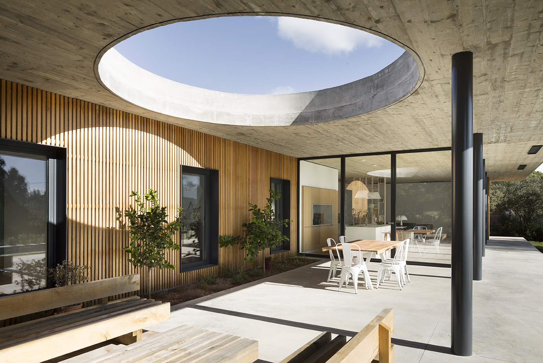 Maison 0 82 Terrace S Large Circular Gap Creates Changing