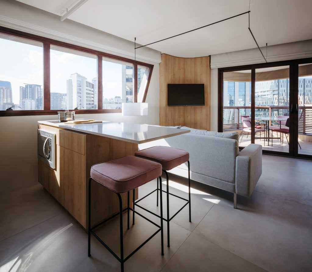 A simultaneously open and private 42 sqm apartment in São Paulo